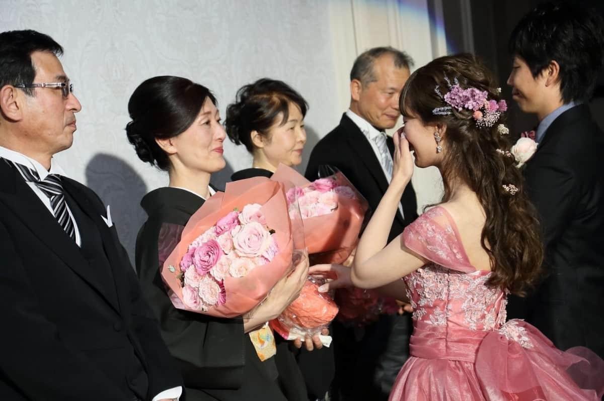 結婚式の花束贈呈におすすめな花束&演出とは?*渡し方やBGMも紹介♡のカバー写真 0.665