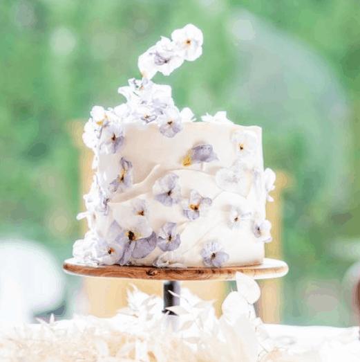 「シンプル」×「お花」のウェディングケーキがトレンド♡真似したいデザイン13選*のカバー写真 1.0038387715930903