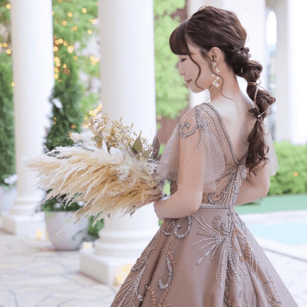 おしゃれ花嫁に大人気♡『ブラウン・ベージュ』系カラードレス20選*のカバー写真