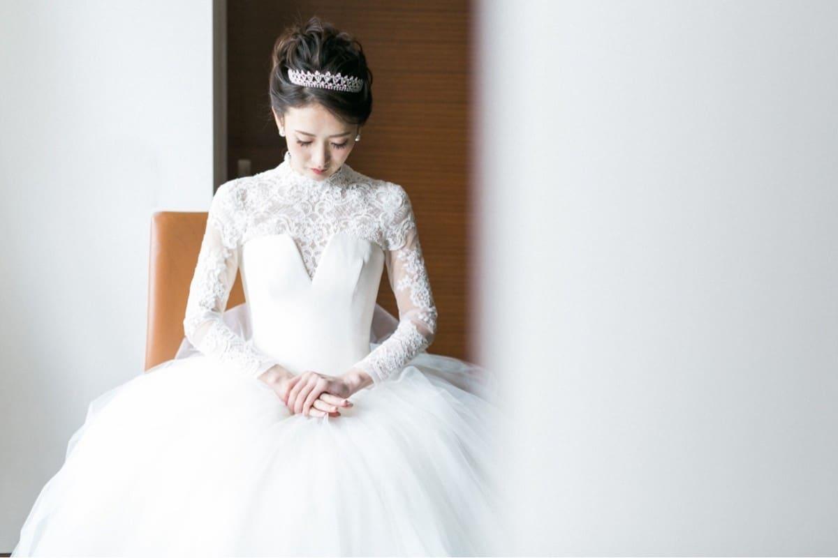 長袖ウェディングドレスがおしゃれ花嫁に注目される理由♡先輩花嫁さまの着こなしアレンジ術のカバー写真 0.6666666666666666