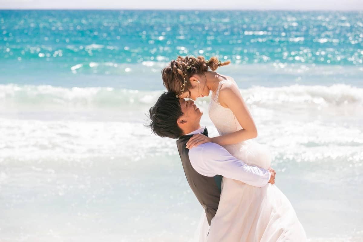 """沖縄読谷村で""""ふたりだけの""""ビーチ挙式が叶う♡「カーサ・アル・マーレ」の結婚式が誕生!のカバー写真 0.6658333333333334"""