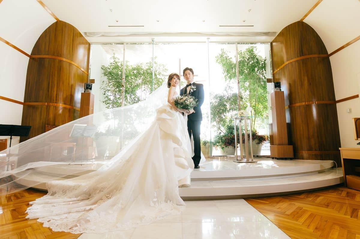 トレーンが美しいウェディングドレス20選!エレガントに花嫁を演出♡のカバー写真 0.6658333333333334