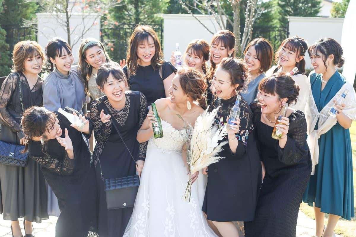 【友人への結婚報告】誰に、いつ、どう伝えるべき?《4つのベストタイミング》を知っておけば友人関係も良好に♡のカバー写真 0.6666666666666666